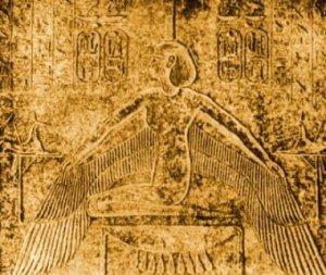 Iside inginocchiata ai piedi del sarcofago protegge il morto con le sue ali distese. Bassorilievo del sarcofago di Ramsete III, XX Dinastia (Parigi, Louvre).