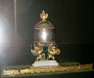 720px-Trans-Siberian_Railway_(Faberge_egg)_02_by_shakko