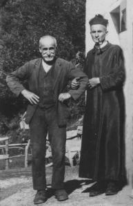 """Don Vincenzo con il padre Bartolomeo (1859-1942) sull'aia di """"Castelgandolfo"""""""