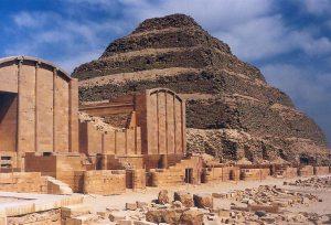 """le rovine del cortile del toro Apis, a Saqqara, dove viveva l'animale sacro, simbolo della fecondità. Alla sua morte i sacerdoti egiziani partivano alla ricerca di un torello che presentasse le """"tre macchie tradizionali"""", caratteristiche dell'Apis."""