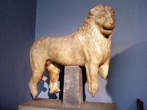 Statua di un leone proveniente dal Mausoleo di Alicarnasso, Brithish Museum di Londra.